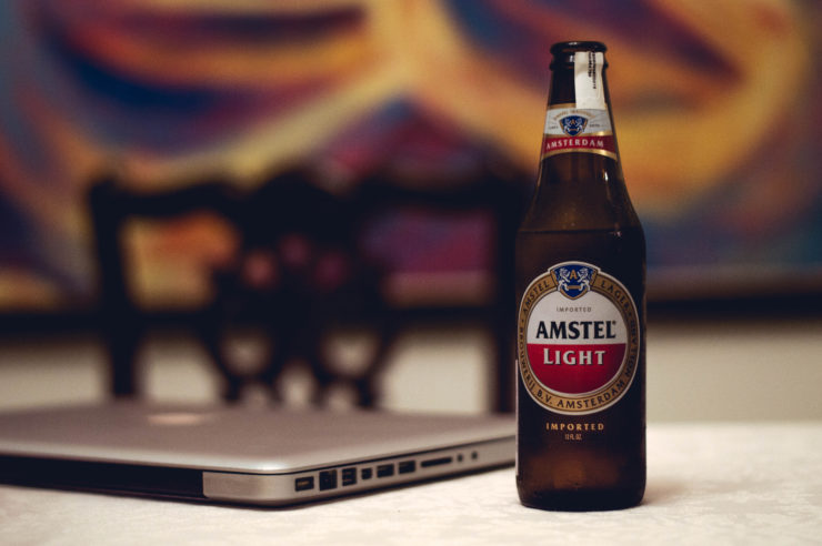 StockSnap - Nerds lieben ihre Technik und Bier ;-)